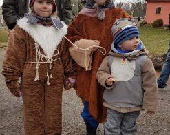 děti v maskách medvídka a medvědáře