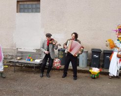 muzikant s houslemi a druhý s akordeonem