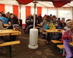 lidé při jídle v party stanu
